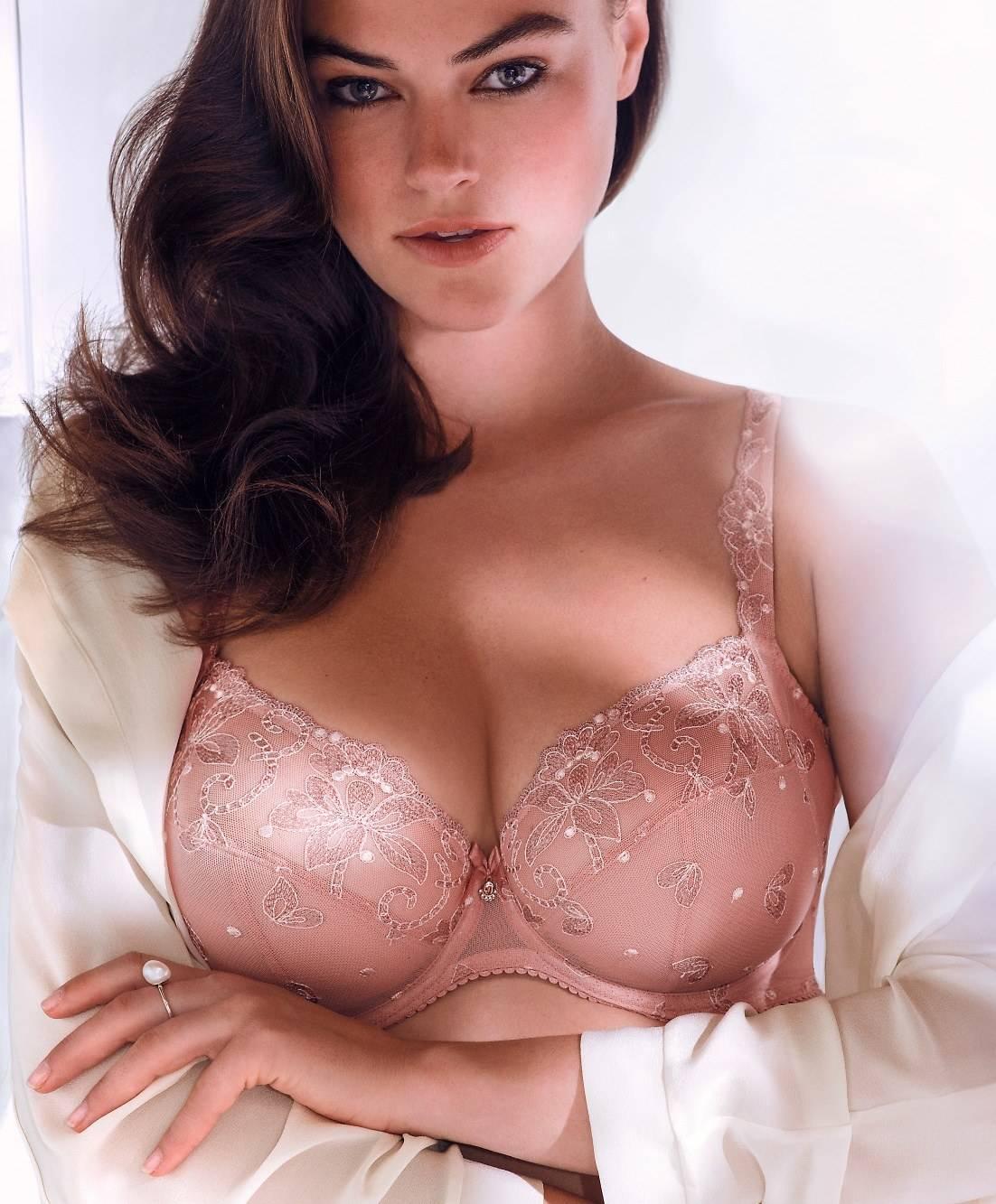 Женщина с большой грудью примеряет нижнее белье фото 347-16