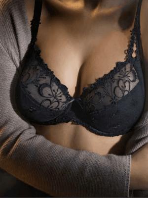 Трусиках грудь в черном бюстгальтере порно